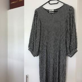 Helt ny Mads Nørgaard kjole i perfekt stand. Er blevet brugt en enkelt gang. Den er elastisk, så den passer både en small og medium, alt efter hvor tæt man vil have den sidder :-)