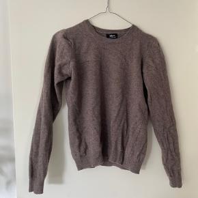 sød sweater af ekstra fin lamme uld. Den er tætsiddende i fittet. byd.   OBS: giver mængderabat, så tag da lige et kig på mine andre annoncer;)