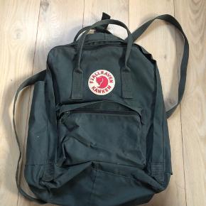 """Super fin taske, med rum til en 13"""" computer, lidt pletter indvendigt, men uden på er den rigtig fin!    Mindstepris er 400kr  Nypris var 800kr  Kan hentes i Århus eller Skanderborg, ellers kan den sendes"""