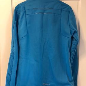 Sælger denne ubrugte Craft langrendsjakke i str. L. Jakken er med mellemtykt for og sidder godt med god bevægelighed.