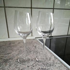 2 Eva Solo hvidvinsglas sauvignon - sælges da de stort set aldrig er blevet brugt og bare står i skabet og samler støv. Prisen er for begge glas.