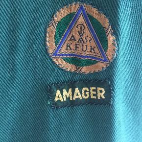 Ægte spejderkjole / spejderuniform, fra ca 1970'erne. Er i super lækker kvalitet med tungt lærred der falder flot. Sidder løst/oversize i Klassisk 60'er A-form. Åbnes med trykknapperne foran og på ærmer - og de går ikke op når man har den på.  Er fra KFUK spejderne på Amager.   Har været enormt glad for den, men får den ikke brugt så ofte længere, sælger derfor ikke for enhver pris.