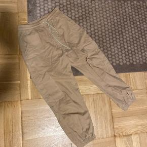 Beige track bukser fra Neo Noir.