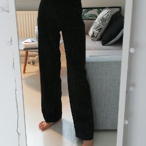 Overvejer at sælge min pinstriped suit pants fra Na-kd. De er uden synlige tegn på brug.  Prisen er fast