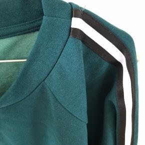 Flot grøn med hvid og sort sweater, kan nåde bruges til hverdag, fest og afslapning. Vildt sød her til jul
