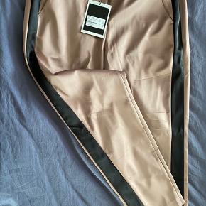 Smukke bukser fra costommade. Svarende til str 40.