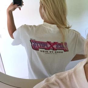 """Ny udsolgt Saks Potts t-shirt med pink logo bagpå 💞💞💞💞💞💞💞  Byd i kommentaren, så alle kan se højeste bud  Sælges ikke under 950, så bud derunder ignoreres  SLETTER ANNONCEN NÅR VAREN ER SOLGT, så spørgsmålet """"solgt?"""" ignoreres også 🤗"""