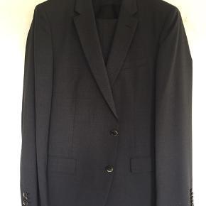 3-piece BOSS jakkesæt i mørk koksgrå med små/dæmpet tern. Superflot - brugt meget få gange
