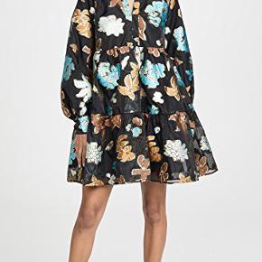 """Smukkeste Jasmine dress fra Stine Goyas AW19 kollektion - print hedder """"flower garden autumn"""". Er i butikkerne nu til 2.400. Har stadig mærke på og ligger i original pose.   Den er foret indvendig og smuk til både fest med bare ben/leggings eller hverdag over et par jeans.   Kjolen har hverken søm i skulder eller talje og passer derfor alt fra str XS-M.   Bytter ikke. Kan enten sendes med DAO eller hentes på Østerbro eller i Emdrup."""