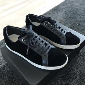 Saint Laurent sneakers i sort velour med læder detaljer. Str. 35.5, men passer en 36 da de er store i størrelsen  Købt hos Mytheresa.com  Ny pris: 595 €, ca 4.500 kr Fremstår som nye Useriøse henvendelser ignoreres