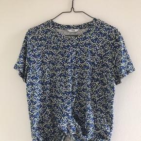 Kort blomstret t-shirt