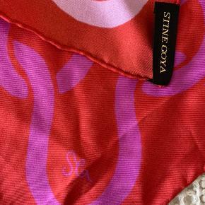Smukt silketørklæde fra Stine Goya sælges. Vendbart - den ene sides mønster er lyserødt, mens den anden er lilla. Kan bruges som halsklud, i håret og som pynt på tasken. Hvis varen skal sendes, betaler køber fragten.