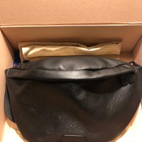 Discovery bumbag , brugt 2 gange. Købt i Kbh . Mål 47x20x9 cm .