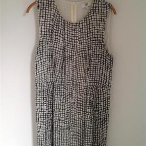 Flot sommerkjole sælges billigt -Byd. Se også mine andre kjoler.  Kjole Farve: Sort hvid Oprindelig købspris: 800 kr.