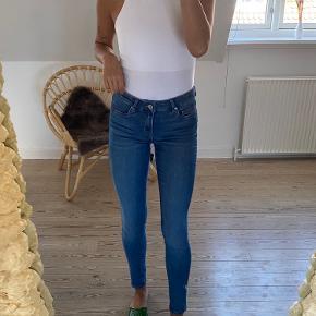 Et par meget fine blå jeans fra H&M. Brugt et par enkelte gange - meget god stand! Passes af 34-36 - str. XS/S 💗