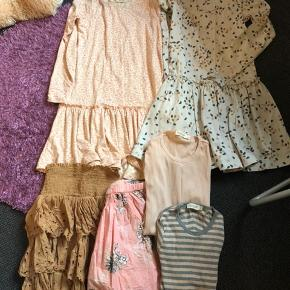 Lækker lille tøjpakke fra Marmar i str. 128 Leo kjole, helt ny, mærke dog pillet af Confetti kjole, brugt 2 gange, nsn Caramel nederdel, brugt 1 gang, nsn Morning rose lilies nederdel, brugt 1 gang, nsn 2 bluser, brugt 1 - 2 gange, nsn