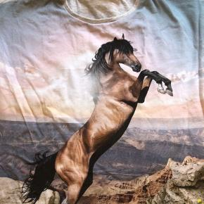 Skæn kjole/tunika med hest,  Kun brugt 2 gange  Str 122/128 Mp 175pp