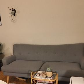 Klassisk sofa fra idé møbler. Sofaen er to år gammel, men har hverken pletter eller slidtage og står derfor stadig skarpt ✔️  • NP. 5000 • MP. 2000  Kan hentes i Aarhus C.