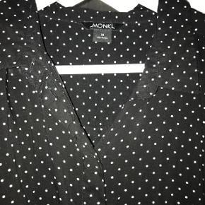 Lækker prikket skjorte fra Monki i str. M, brugt få gangeNypris: 280kr
