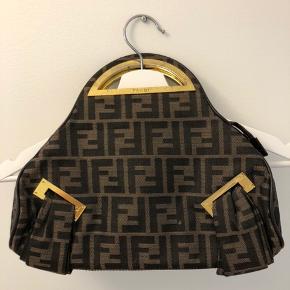 Vintage Fendi taske Verificeret hos en vintage butik Bud ønskes, pris er til forhandling. Flere billeder kan sende ved interesse!