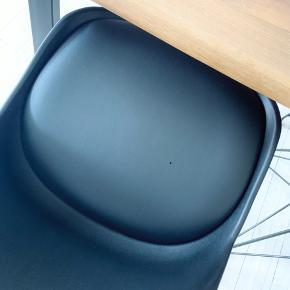 HALVPRIS! Sælger disse fede spisebordsstole samlet. Giver rummet et råt og stilet finish 🖤  Enkelt slid i form af lille hul (se billedet). Sendes ikke. Kan afhentes på Nørrebro.