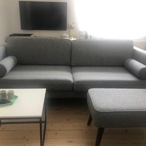 Vi sælger vores Harper, 3-personers sofa, kom gerne med et bud 😄   Farve: liby stone/gråmeleret med ben i egetræ.  Størrelse: (b) 207cm; (h) 86cm; (d) 91cm   Købt i 2017 til 5.499,-.   Puf som ses på billede medfølger.  Kommer fra et ikke-ryger hjem og uden hund. Afhentes i Aalborg