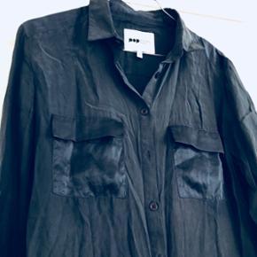 ✨Smuk mørkeblå silke skjorte med lopper på brystet.   ✨ Str. S  ✨NP: 1000kr  Er åben for bud 💫