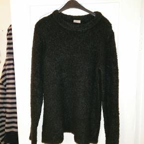 Superlækker og vamset blød sort striktrøje med rund hals. 70% akryl/15% uld/14% nylon/1% elestan. Brugt få gange.  Mål Længde: 71cm bredde: 58cm