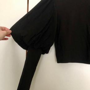 Langærmet bluse med smukke puffede ærmer. Den er aldrig brugt.