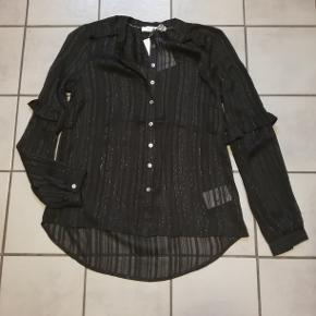 #Secondchancesummer  Rigtig flot sort skjorte med lækre detaljer.