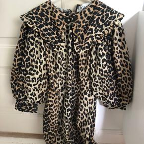 Sælger denne Ganni leopard kjole med prismærke i stadig!