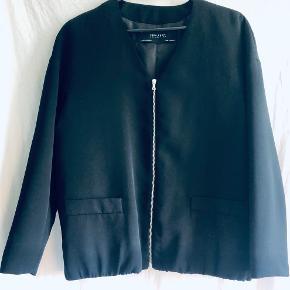 Med elastik kant i bunden - minder om en blanding mellem blazer og bomber jakke.  Kan måske også passes af en small.  Fra røg- og dyrefrit hjem 🌸