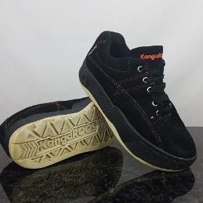 Detaljer:   Brand: KangaROOS   Model: 5341 - 96/11   Størrelse: 37   Farve:  Sort     Forsendelse:  For køb på 200 kr. og over er der gratis forsendelse.     Hvis du er på udkig efter sko, så skal du være mere end velkommen til at tage et kig på min lille skohylde og se om der er det fodtøj du står og mangler.
