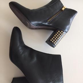 Fantastisk flotte støvler i skind med guldnitter - nypris 4000