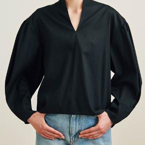 Helt ny! Haft den på på et fotoshoot i max en time. Smukkeste bluse i M- 36-38.  Fast pris, bytter ikke Kan hentes i Nyhavn eller Espergærde eller sendes