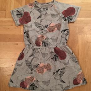 Så fin kjole fra Loudly med søde fugle. Kjolen har lommer i siden.
