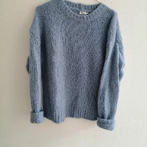 Lækker varm vamset strik sweater. Den er fnulret, men sådan har den været fra den blev købt.