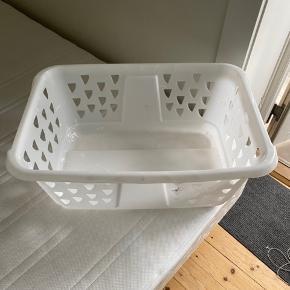 Hvid vasketøjskurv fra Ikea. Afhentes gratis på Amager.