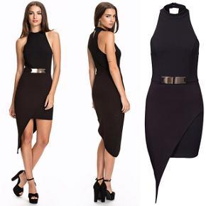 Super fed classy kjole i sort, flot figursyet og med asymmetrisk snit samt guld spænde.   Mærke: NLY One. Str. M. Aldrig brugt.  Materiale: 96% polyester, 4% elastan