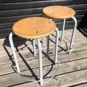 Super fede robuste taburetter. Stellet er i metal og sædet i træ. God detalje med niveau inddelte fodstøtte. Sælges for 250kr pr stk. Højde 50 cm diameter 33 cm. Kan stables