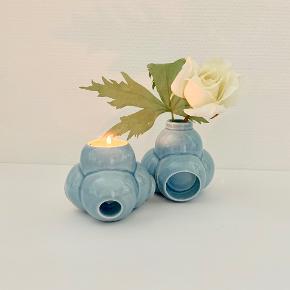 To skønne Triplo vaser/stager designet af Søren Thygesen for Kähler. Triplo er et multifunktionelt brugsobjekt med adskillige anvendelsesmuligheder, alt efter hvordan skulpturen placeres – brug den som lysestage, fyrfadsstage og blomstervase – arrangér Triplo skulpturen i små naivistiske tableauer efter humør og anledning. Højde: 9,5 cm