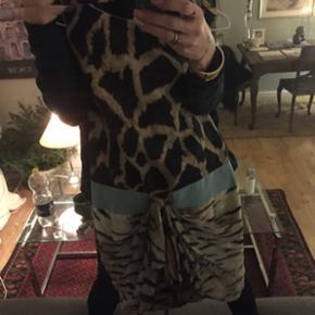 SMUKKESTE GIAMBATTISTA  VALLI MONSTERDYRE (11.700)!! 😬ITALIENSKE COCKTAIL KJOLE XS) ikke brugt ! men lynlås i ryg røg da jeg i sin tid prøvede den:/- ellers ikke brugt! Lynlås nem at skifte billigt-gudesmuk  %ægte !!! Xs men synes S er str . ..SKAL SES PÅ☺️SÆLGES MEGET BILLIGT ( i fht nypris ) :) jeg er ryger 😊  den lave pris er IKKE udtryk for den ikke er ægte !!!! Købt af veninde der har været indehaver i dyr butik i Riiskov ( købt for 8000kr!!) da hun solgte butikken . ✨❤️  Har ikke mulighed for at sende. BEKLAGER!!😒