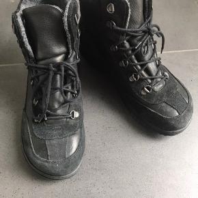Lækreste vinterstøvler fra New feet i str 40 Sorte med grå uldfor😀 Kun brugt 2 gange så de er fuldstændig som nye.. Gav 1700,- for dem -  Er åben for bud..