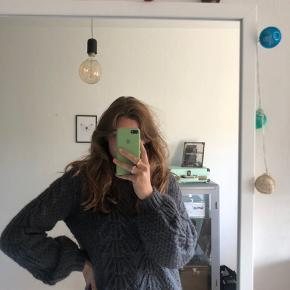 Grå Second Female strik/sweater med de flotteste ærmer  Str. S Brugt 5 gange, og har ellers bare ligget i skabet - desværre:( Np - 1200kr Mp - 500kr, men er åben for bud:)