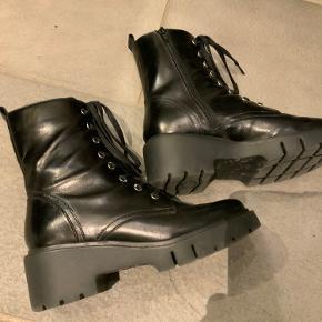 Super cool chunky støvler fra Unisa - læder inde og ude. Virkelig komfortable. Rummelige i størrelsen - kan passes af 37,5. Brugt en gang.