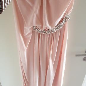 Super smuk kjole bæltet kan 4ages af så den også kan bruges uden.  Bryst 54x2 som max Længde målt under armen 100