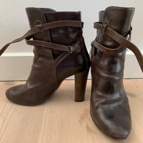 Silvano Sasetti støvler købt hos Bruno&Joel, ny pris ca 4000kr. Fint forsålede og i god stand. Ingen synlige brugsmærker. Hæl er 8 cm. Passer en 'Normal' 38.