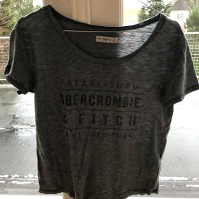 T-shirt fra Abercrombie & Fitch i str XS.  Nypris 250 kr.