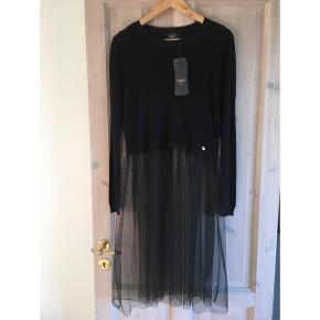 Sort lækker kjole fra ONLY. Øverste del er i strik, nederste i fint tyl. Nypris: 220,- Aldrig brugt og med pris mærke.
