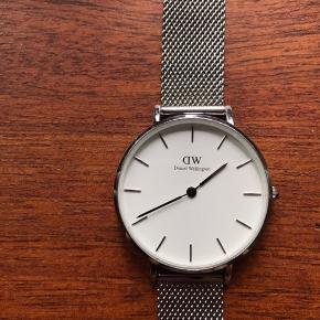ca. 1 år gammelt, har ikke brugt det i lang tid, så derfor det sælges. der er et par ridser på åbningen og selve urskiven både forfra og bagfra, men det påvirker ikke selve uret og kan kun ses i lyset tæt på.    32mm